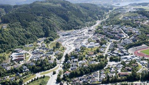 Bilbruken går ned i Bergen, men nye bompengeprosjekt står i kø. Når E39 mellom Os og Bergen åpner, vil det bli krevd inn cirka 45 kroner        i bompenger på den nye veien. Her er utløpet i Rådalen. FOTO: ARNE RISTESUND