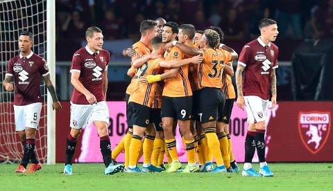 Wolverhampton-spillerne feirer scoringen til Raul Jimenez i torsdagens Europa eague-match mot Torino. Søndag skal de forsøke å ta sesongens første seier i Premier League.