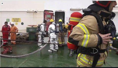 Mannskapene om bord på «Dubai Harmony» hadde selv startet slukking av brannen, men ba om bistand fra brannvesenet.