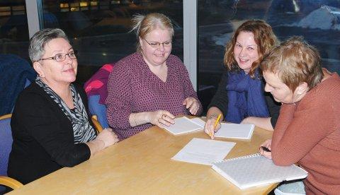 Gruppearbeid med oppgaver som helsepersonell skal løse på tvers av deres faste båser. (Foto: Trond K. Johansen)