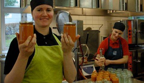 Produksjonsassistent Justina Dziewulska (t.v.) og produksjonssjef Heidi Frestad i full gang med produksjon av tomatsausen på Judaberg. (Alle bilder ble tatt i mars i år).