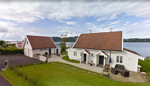 Utsatt: Denne fritidsboligen som Åge Engelstrand Westbø kjøpte i 2019 kan få store kraftmaster i nærheten av seg i jordbrukslandskapet siden dette er en av traseene som Lyse Elnett utreder på Mosterøy.