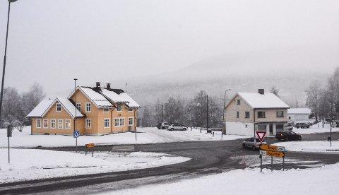 BYGGE I SENTRUM: Det er Prestfoss sentrum som er mest aktuelt for nye kommunale boliger. Denne tomta, som i dag huser blant annet helsestasjon (bygget til venstre) egner seg til fortetting, mener Kjell Tore Finnerud. Aslebua til høyre vurderes revet.
