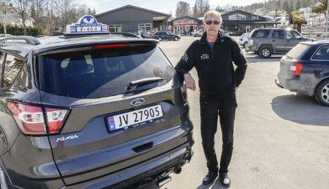 Kan smile igjen: Det var en forbannet Egil Støvern som i april fortalte at Drammen Taxi hadde fått bestillingskjøringen i Sigdal, etter at Brakar kuttet busstilbudet i kommunen i sommer. Nå har de lokale drosjene fått kjøringen, noe han er svært fornøyd med.                     Arkivfoto