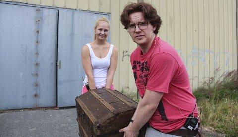 Må lagre teaterskatter: Anders Rønneberg og Karoline Antonsen sjauer med kulisser og effekter til «Skattøya». Men etter at den siste forestillingen er over søndag, har ikke Hokksund Byteater junior lagringsplass. – Vi er desperate, sier Rønneberg.