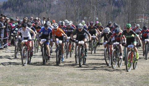 EVENTYR: Dette bildet er tatt fra starten av Fiskumrittet i fjor. Sykkelfesten er vårens vakreste eventyr.