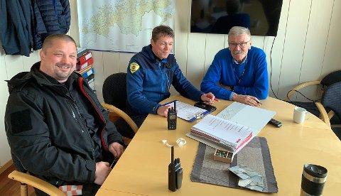 Feier, Alex Eliassen, brannsjef Per Ivar Pettersen og stabssjef i Nordkapp kommune, Ulf Syversen smiler bredt over at det nå er kommet inn anbud på ny brannbil.