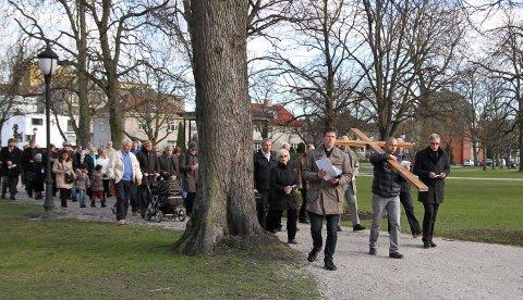 Korsvandring: Langfredags korsvandring med omtrent 80 deltagere i Fredrikstad 2014. Men det er det som skjedde påskemorgen som gjør at vi feirer påske, påminner biskop Atle Sommerfeldt.