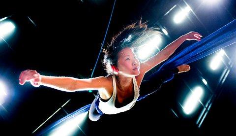 Akrobatikk: Juni Lende er spesialist på tissue i  Abaris Aerial Theater.De har spesialisert seg på luftakrobatikk og balansekunst, og blander dette med moderne dans og fysisk teater.