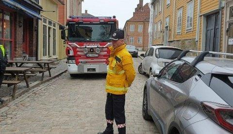 Brannsjef Stein D. Laache foran brannvesenets medbrakte brannbil. Her orienterer han politikerne om hvor mye plass en brannbil egentlig trenger til i tillegg til stiger og annet utstyr som også skal ha plass. Det endte med at politikerne stanser parkering i denne gaten.