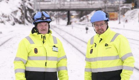 Mye jobb: Prosjektleder Tor Gunnar Pedersen og prosjektsjef Stein-Hugo Steffensen i Bane NOR har mange år med arbeider ved Narvik stasjon foran seg. I 2022 skal arbeidene være avsluttet. Da vil samtlige stasjoner på Ofotbanen være forlenget slik at 750 meter lange tog kan krysse hverandre. Foto: Terje Næsje