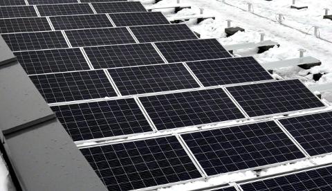 SOLCELLER: Innsenderen reagerer på at rødgrønt flertall vil gi tilskudd til husstander som ønsker seg solcellepanel, og finansiere dette over kommunebudsjett 2019. Latterlig, mener innsenderen.