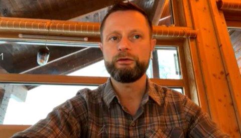 PÅ HYTTA: Under en pressekonferansetidligere i år opplyste helse- og omsorgsminister Bent Høie om koronasituasjonen via videolink fra hytta i Bjerkreim.