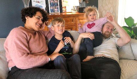 Det er mye kos hos familien Burheim-Edwards. Her er mamma Jaqueline, Odin, Freya og pappa Frode i sofaen hjemme i den romslige eneboligen de nettopp har kjøpt.