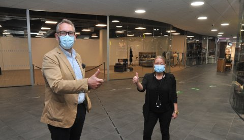 FLYTTERINN:Jernia-leder Espen Karlsen og senterleder Lene Eriksen på Mosenteret utenfor det som bli inngangspartiet til den nye Jernia-butikken. Bak glassveggen og skilleveggen i bakgrunnen står et 450 kvadratmeter stort lokale klart.