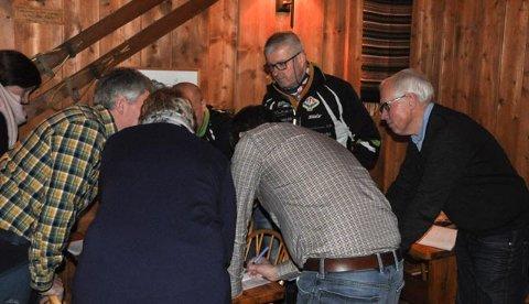 TIME-OUT: TFL-leder Trond Sydskogen (nr 2 fh) måtte ta med styret på en time-out og redigere budsjettforslaget.