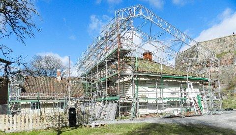 RESTAURERES: Endelig restaureres den gamle vollmesterboligen fra 1835.