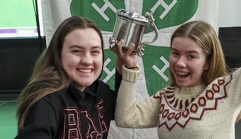 Best: Her er Marit Espeland Riise og Hedda Vårdal Bauge som tar i mot prisen for årets klubb på fylkesårsmøtet.Foto: Privat