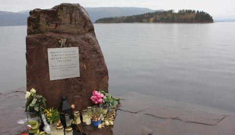 MINNESTED: Bildet er tatt fra landsida av Tyrifjorden, på dagen ni måneder etter terrorangrepet på Utøya. arkivfoto: gaute-håkon bleivik