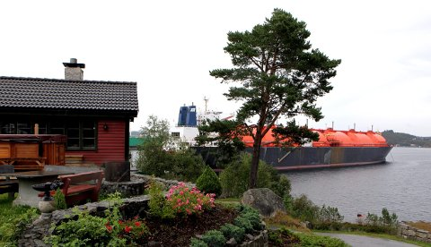 OPPLAGSPLASS: Dette bildet er fra juli 2009 da to tankskip og et lasteskip lå i opplag i Førresfjorden ved Fosen. Nå frykter fastboende og hyttefolk at en ny periode med støy og forurensing i området.