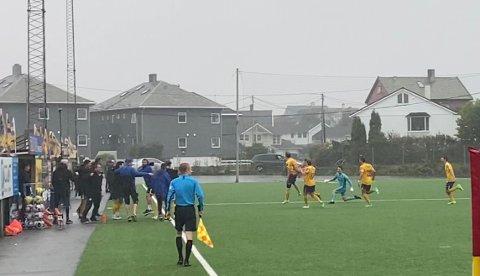 GLEDESSCENER: Djerv 1919s spillere og trenerteam slipper jubelen løs etter at Sebastian Lie Haaland avgjorde hjemmekampen mot Sola med en scoring i det 97. minutt.