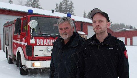 Brannsjef Nils Johan Nilsen og utrykningsleder Vegard Karlsen ved den gamle brannbilen i Leirfjord.