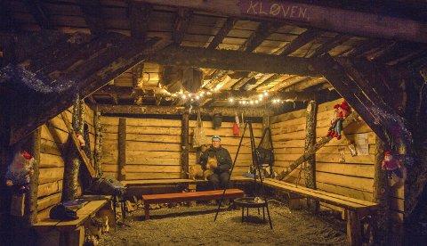 KOS I GAPAHUKEN: I Kløven er det en forseggjort gapahuk og et grillsted med bålpanne, benker og bord. Alt er laget på dugnad av Ulvangsværinger. FOTO: ANITA SIVESIND
