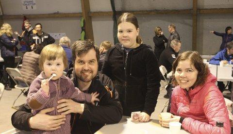 Fikk krus: Mari Tverå Larsen (2), Bjørnar Larsen, Kaja Tverå Larsen (9) og Elisabeth Tverå har gått mange turer igjennom Fjelltrimmen i 2016 – og kvalifiserte absolutt til krus. foto: Benedicte Wærstad