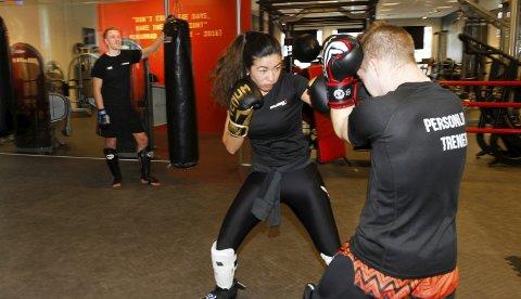 OVERSIKT: Eirik Arntsen har flyttet til Lillehammer og startet MMA-trening i Mudo Gym. Der er det mange som driver ulike kampsporter, og Eirik bidrar med trening rettet mot MMA. Her overvåker han Shogofa Naomi Aalberg og Robert Blekkan i boksetrening.