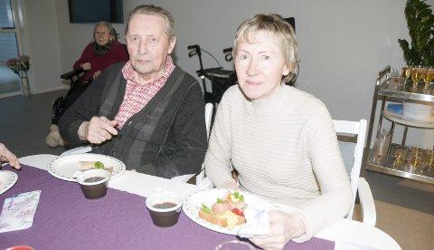 Kos: Far og datter koser seg med snitter i dagligstua.