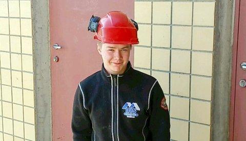 TALENTFULL SNEKKER: Bygg og Industriservice-lærlingen Jere Myhre (19) fra Båtsfjord et NNM-finalist i tømrerfaget under det nordnorske mesterskapet i byggfag. Foto: Privat