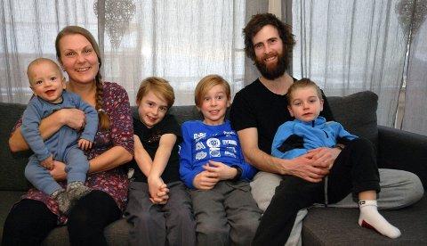 TIL MEHAMN FOR Å BLI: Da Tonje Johansen Medley (33) og John Medley (32) begg fikk jobb hos Finnmark Fisk, flyttet familien til Mehamn. Her med barna Aran (1), Haakon (8), Benjamin (9) og Thor (5).