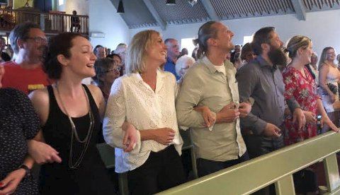 KJEMPERESPONS: Frode Alnæs fikk til de grader respons da han ba publikum delta på skikkelig vis i sjømannsvisa han avsluttet med i Gamvik kirke.