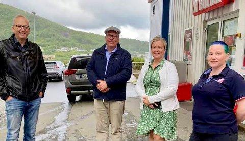 Uholdbart: Stortingsrepresentant Sverre Myrli (i midten) besøkte Niingskroas Gunn Merete Jakobsen sammen med ordfører Terje Bartholsen og nestleder i Evenes AP, Torill Larsen..