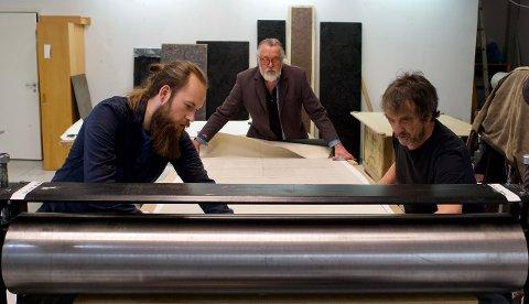 STORT FORMAT: NorlandiART-serien er trykket ved Troms Fylkeskultursenter av et solid lag av håndverkere. Fra venstre Adrian A. Norwich, Are Andreassen og Arnold Johansen.