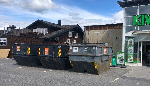 DUMT PLASSERT: Butikksjef Håvard Silseth er enig i at dette ikke er en optimal plassering av containerne.