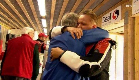 Simon Kolstad Claussen fikk en god klem av pappa Per Arne på direktesendt TV etter at NM-gullet var sikret fredag. Skjermdump: NRK