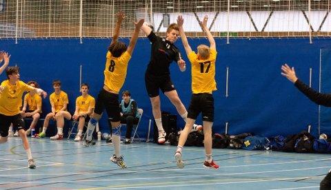 I SKUDDET: Bendik Julius Flatøy stiger til værs og skyter over to motspillere. Her i drakten til Bodø Bylag, som han representerte under bylagsturneringen i Stavanger i vår.