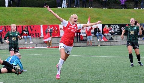 GLAD MÅLSCORER: Karen Aarrestad Nesse feirer 2-0-scoringen.