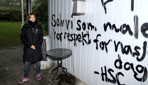 Ikke greit: Gitte Rustad Monsen synes det er alt annet enn greit at det nok en gang er gjennomført omfattende tagging her i Hagemann. - En fritidsklubb kan tilby de som gjør dette, en arena for et tydeligvis stort aktivitetsbehov, sier Rustad Monsen.