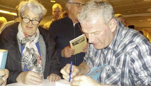 MÅTTE SIGNERE: Lars Mytting fikk hendene fulle med å signere bøker da en times utspørring var unnagjort. Begge foto: Lars Ivar Hordnes