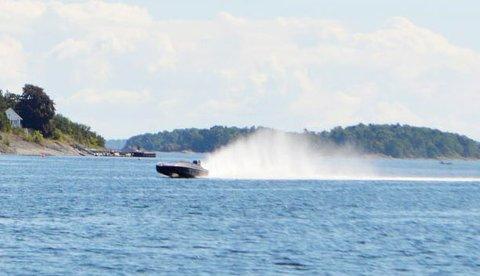IKKE BARE MORO: Høy fart på sjøen øker risikoen for ulykker. Her et fartsfantom ved Killingholmen for noen år tilbake.