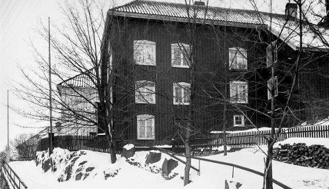 «Steens hus» på Barthebrygga: I januar 1953 brant ett av Kragerøs mest verdifulle og spesielle bygninger, som av de fleste bare ble kalt for «Steens hus». Den ble også kalt «Doktorboligen», siden dr. Hartwig bodde i og eide huset i mange år. Man anslo at bygningen var fra først på 1700-tallet. Brannen oppsto ved 03-tiden 8. januar 1953. Man ønsket å bygge huset opp igjen slik det var, men et flertall i bygningsrådet sa nei og vedtok riving av den brannskadde bygningen med fire mot tre stemmer.