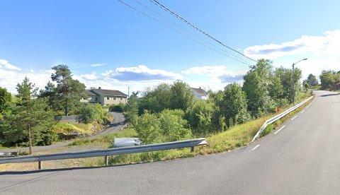 Det er ingen bygninger på den aktuelle tomta langs Fossingveien i dag.