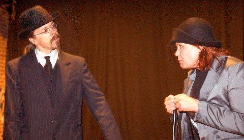ENGASJERT: Her ser vi Torun Jensen sammen med Stein O. Rasmussen fra Kongsberg Teaterlag i forestillingen «Ingen over. Ingen ved siden».