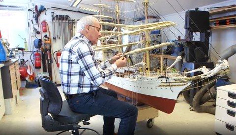 PÅ TV: Kongsberg-mannen har lagt ned mange timer på modellskipet.