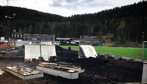 PLASTMATERIALE: Hauger av gummigranulat ved en bane i Kongsberg. Nye regler krever at baneeierne må innføre kostbare tiltak for å hindre spredning av platmaterialet.