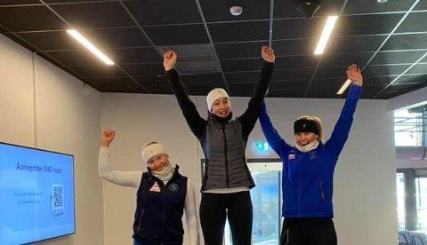 TIL TOPPS: Carmen Sofie Nielssen jubler etter å ha vunnet FIS-rennet på Lørenskog foran Emilie Bakkevig (t.v.) og Cathinka Lunder. FOTO: NTG BÆRUM