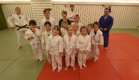 BLIR HUSLØSE: Her er de yngste utøvere i BK judo sammen med sine trenere. Fra i høst av står disse uten et sted å trene, da Skavanger skole skal rives. FOTO: OLE JOHN HOSTVEDT