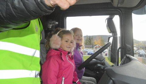 NYSGJERRIGE: Hedda Austea Andrijauskaite (6) og Hanna Frankrig Almankaas (6) får beskjed om å se etter om barna som skal over veien vinker til dem. Så må de vinke tilbake, akkurat som ekte lastebilsjåfører skal gjøre.